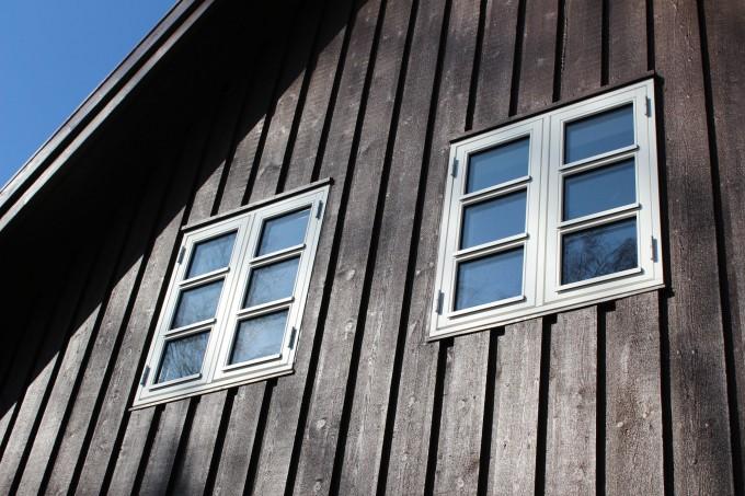 Isætning af vinduer i træhus